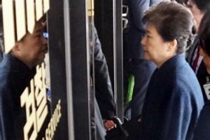 박근혜 전 대통령 7시간째 조사…저녁은 '죽', 식사 후 재개