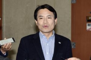 """박근혜 검찰 출석…김진태 """"불구속 수사로 가지 않겠나"""""""