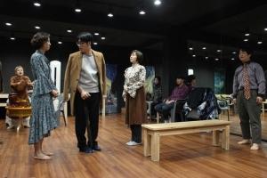 친근한 목소리, 대사가 귀에 쏙…얼굴 없는 배우들의 '열정 무대'