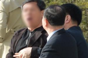 [서울포토] '박 전 대통령 구속' 외치다 제지당하는 시민