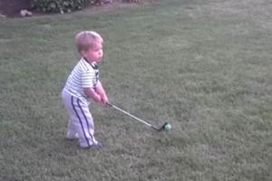 [결말이 궁금한 영상] 사람 잡는 2살 배기의 골프 실력