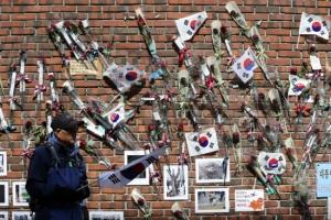 [포토] 태극기와 장미꽃으로 가득 찬 박근혜 전 대통령 자택 담벼락
