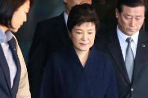 혐의 부인한 박근혜… 7시간 넘게 조서 검토하며 수정 요구