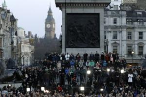 [포토]  英 트라팔가 광장의 런던테러 희생자 애도 인파
