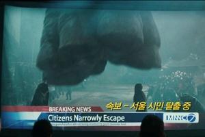 서울에 괴수가 나타났다!…앤 해서웨이의 '콜로설' 예고편