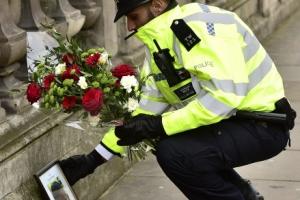 [포토]'런던 테러'희생 동료 애도하는 英 경찰관
