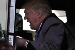 트럼프, 대형 트럭에 올라 '분노의 질주' 연기