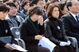 [포토] 서해 수호의날 기념식에서 눈물 흘리는 천안함 유족
