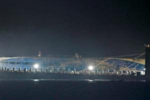 세월호 3년 만의 항해… 반잠수선에 '정위치'