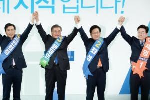 [서울포토] 더불어민주당, 호남 경선…'손 번쩍 들어올린 후보들'