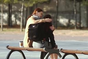 왕따 여고생 사연에 시민들 '토닥토닥'…실험영상 '화제'