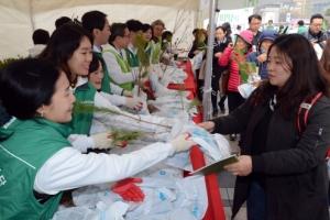 [서울포토]묘목 나눠주는 청정원 직원들
