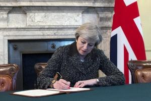 메이 英총리, 브렉시트 통보문 서명… EU와 '이혼 협상' 착수