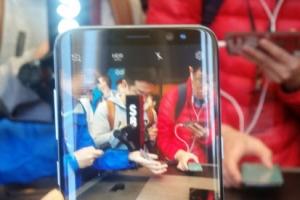 """갤럭시S8 언팩 행사…""""큰 화면 좋다"""" 전 세계 이목 집중"""