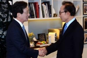 [서울포토] 악수하는 이명박 전 대통령과 유승민 의원