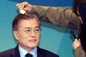 [서울포토]분장하는 문재인 더불어민주당 대선 경선 후보