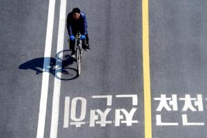 [한 컷 세상] 잠깐! 자전거 타기 전 헬멧 착용 잊지 마세요