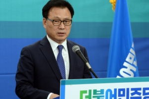 """'홍준표 돼지발정제' 논란에 문재인 측 """"국민에 사죄하라"""""""