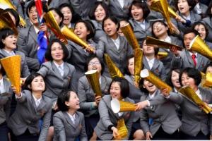 북한 여대생들의 힘찬 응원