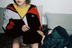 키썸 무릎 벤 의문의 남자는 누구?…컴백 예고 이미지 공개