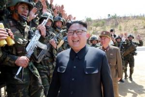 [포토] '사면초가' 김정은, 북한 특수부대 위력 확인 후 만족스러운 웃음