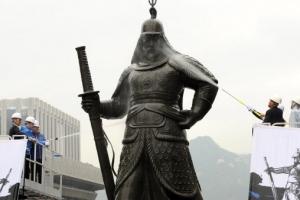 이순신 장군 동상 친수식…현충사 우물물로 목욕
