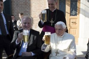 은퇴한 교황 베네딕토 16세 구순 생일 獨 친지와 맥주 파티