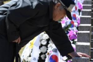 [서울포토] 제자 묘비 앞에서 눈물 흘리는 老스승
