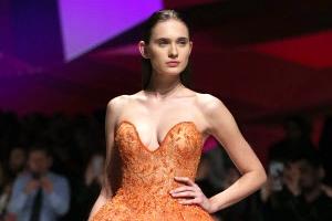 [포토] 주황빛으로 물든 아름다운 드레스