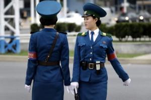 '우월한 제복맵시' 북한 여교통경찰