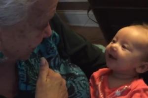 생후 9주 된 손녀와 수화로 대화 나누는 할머니