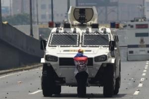 베네수엘라판 '톈안먼 탱크맨'…맨몸으로 무장트럭 맞선 여성