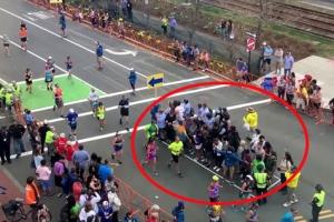 보스턴 마라톤 중 도로 직사각형 안 행인들 정체는?