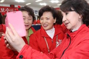 대구 방문한 홍준표 후보 부인…셀카 '찰칵'
