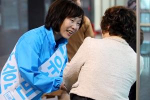 유권자들과 만난 유승민 후보 부인…손 '덥썩' 인사