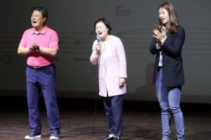 노래교실서 열창하는 문재인 후보 부인
