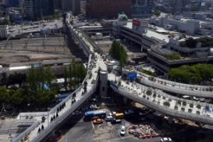 [서울포토] 서울역 고가 새모습 공개 '서울로 7017 공중정원'으로 탈바꿈