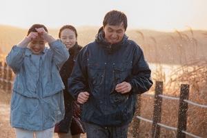 한 지붕, 세 가족의 예측불허 일주일!…'컴, 투게더' 예고편 공개