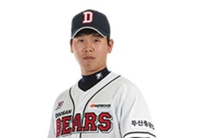 두산 김명신, 강습 타구에 얼굴 맞아…병원 후송