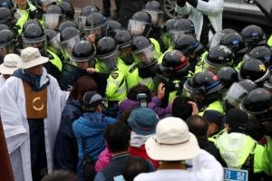 사드 발사대·레이더 등 성주골프장 반입…주민·경찰 충돌