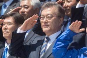 [서울포토] 거수경례 하는 문재인 후보