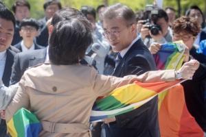 [서울포토] '동성애 반대 발언' 문재인에 사과요구 기습시위