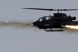 아파치 헬기 첫 공개훈련…1.2㎞ 앞 표적에 로켓탄 명중