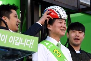 [서울포토] 쇼트트랙 모자 쓴 안철수 후보