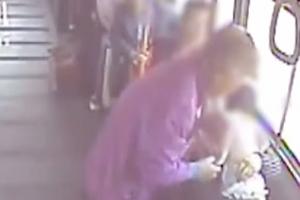 """""""괜찮다 아가야""""…버스에서 아픈 아이 목격한 승객들 반응"""