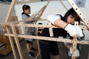 [서울포토] 집 만들기 체험하는 학생들