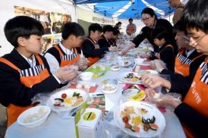 [서울포토] 주먹밥 만드는 학생들