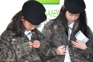 [서울포토] 군복 입어보는 학생들