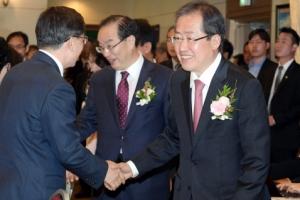 [서울포토] 한국교총 정책간담회 참석자들과 인사나누는 홍준표
