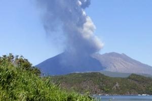 日 사쿠라지마 화산섬 '폭발적 분화'…연기 3천200m 치솟아